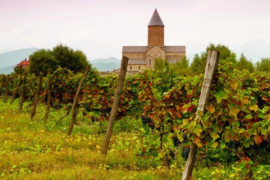 Содержание тура «Грузия — родина вина»: Вас ждёт Увлекательнуя экскурсия по Тбилиси, Мцхета, Кахетия. Вы посетите Средневековую крепость, в Сигнахи, Винный завод « Гранели» и Винный погреб «Хареба» У Вас будеть возможность продегустировать домашнего вина прямо из квеври
